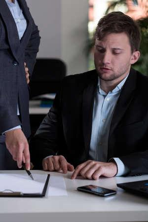 female boss: Junger stattlicher Mann, und seine Chefin Lizenzfreie Bilder