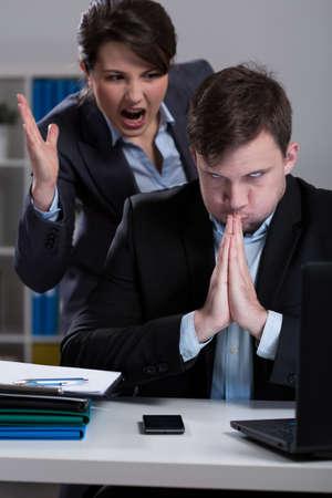 acoso laboral: Dissagreement entre director y empleado en el trabajo