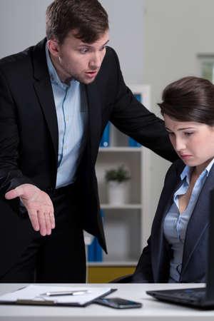 acoso laboral: Empleada miedo joven y su director enojado