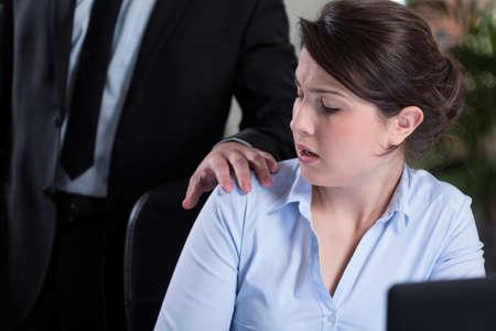 acoso laboral: Mujer atractiva joven y acoso en el trabajo Foto de archivo