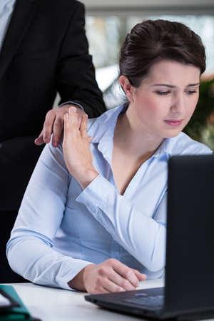 acoso laboral: Jefe masculina y joven negativa atractivo de la mujer