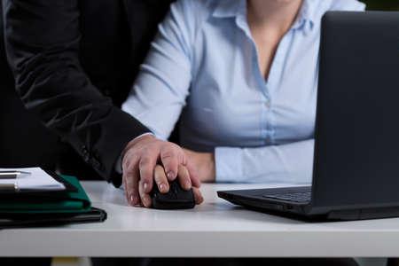 acoso laboral: Primer plano de jefe mobbing su empleado en el trabajo