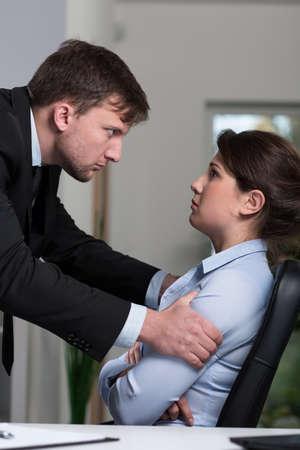 acoso laboral: Mujer bonita joven aterrorizada y sus problemas en el trabajo