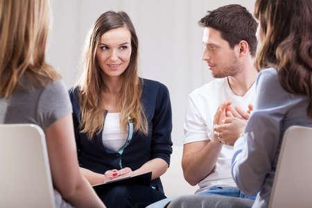 terapia grupal: Vista horizontal de una reunión durante la psicoterapia
