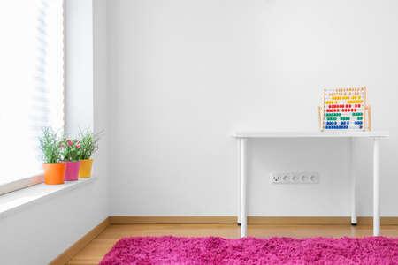 白人のきれいな子供部屋の写真
