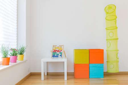 kinder: Foto de espacio para los ni�os con juguetes de colores