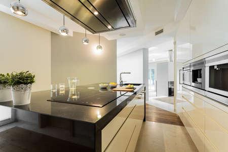 Vue horizontale des comptoirs dans la cuisine design Banque d'images - 34396591