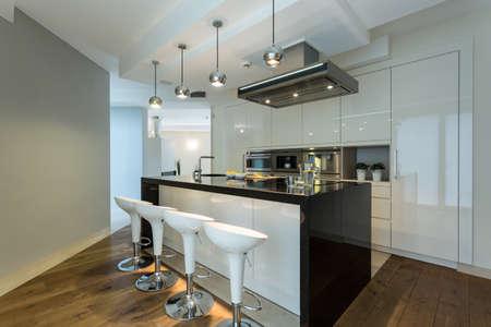Innenansicht der modernen Küche mit Designer-Stühlen Standard-Bild - 34396592