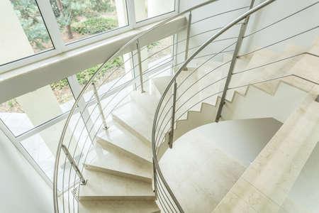 クローズ アップの高級アパートの階段を巻