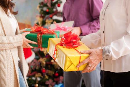 familia cristiana: La familia feliz intercambio de regalos suyos Navidad