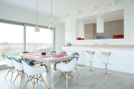 familia cenando: Interior moderno comedor con elementos de color