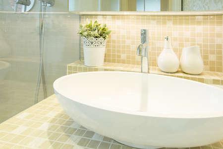 Close-up van de wastafel in beige luxe toiletruimte