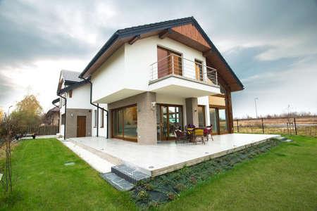 frontis: Vista horizontal de la casa unifamiliar con patio Foto de archivo