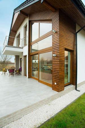 Voorzijde van schoonheid vrijstaand huis met houten elementen