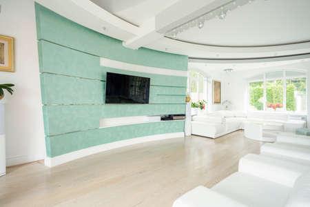 suelos: Amplio sal�n con sala de cine en casa
