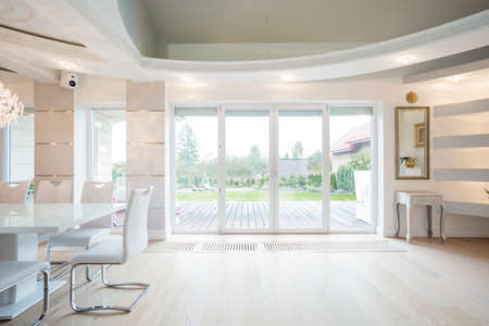 porte bois: Luxe chambre face avec fenêtre donnant sur le jardin