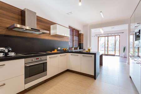 Moderne schone keuken open op lichte ruime eetkamer Stockfoto