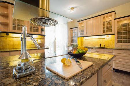 Presse fruits sur le comptoir de granite dans la cuisine moderne Banque d'images - 34249964