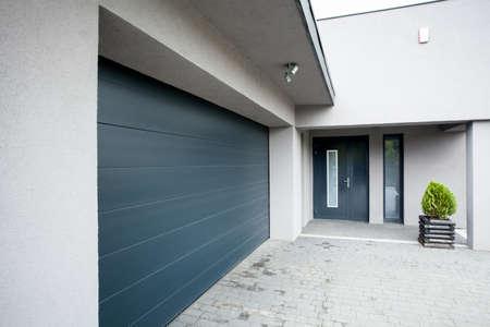 Vista horizontal de la casa con el garaje Foto de archivo - 34258842