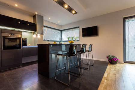 iluminacion: Moderno interior de la cocina de lujo con elementos de acero Foto de archivo