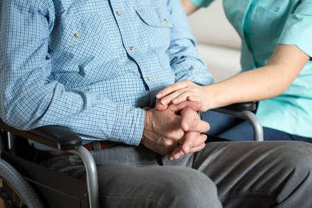 haushaltshilfe: Close-up der Krankenschwester Hand ber�hren ihr behinderten Patienten Lizenzfreie Bilder