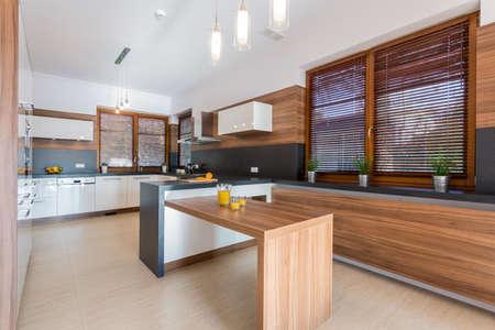 Nieuwe stijlvolle eetzaal in grote residence Stockfoto