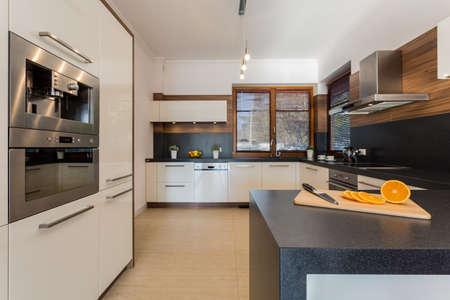 현대 아파트의 새로운 명품 부엌 스톡 콘텐츠