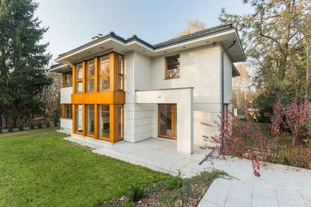 case moderne: Grande casa di lusso con giardino verde Archivio Fotografico