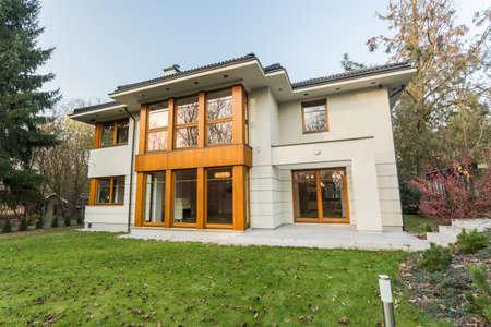 Enormní moderní dům withbig zelené dvoře Reklamní fotografie
