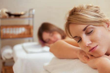 Bild von zwei junge hübsche Frauen auf Massage Ruhe Standard-Bild