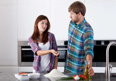 make a paste: Horizontal view of friends in the kitchen Stock Photo
