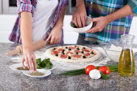 haciendo pan: Vista horizontal de la pizza hecha en casa antes de hornear