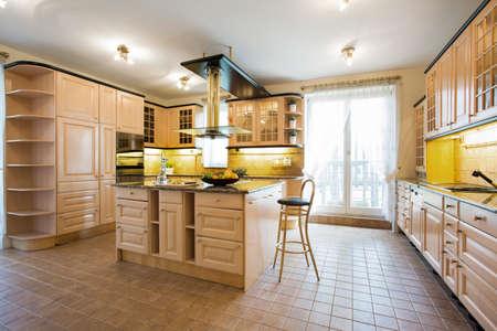 伝統的なデザインで高級キッチンのインテリア