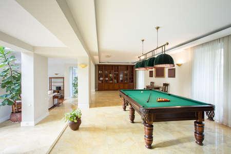 pool bola: Mesa de billar en la sala de estar en el apartamento de lujo Foto de archivo
