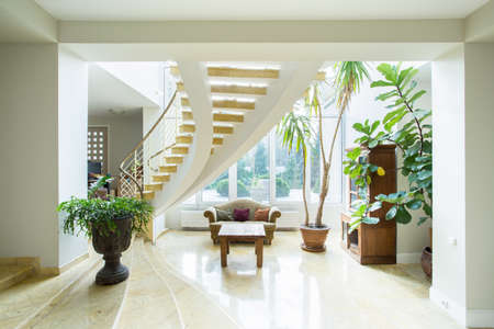 Contemporary luxury mansion interior with spiral stairs Banque d'images