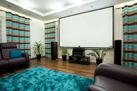 Nuevo cine grande en el salón de lujo en casa Foto de archivo - 34249393