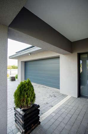 Foto van de entree naar de grote nieuwe garage in het huis
