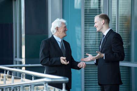 obreros trabajando: Encuentro amistoso de hombre joven y su jefe con experiencia