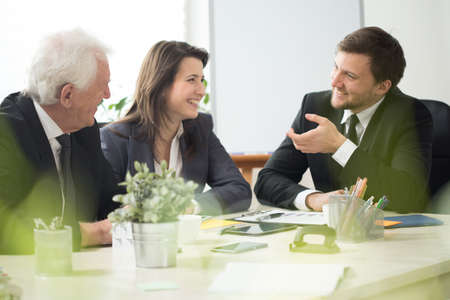 Mensen uit het bedrijfsleven lachen tijdens zakelijke afspraak in het kantoor