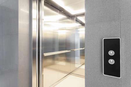 확대 항목의 현대적인 건물에 엘리베이터하기