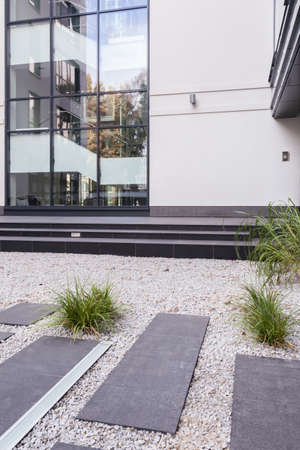 gobierno corporativo: Vista vertical del exterior del edificio moderno