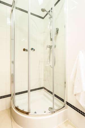 cabine de douche: Verre cabine de douche dans salle de bain moderne blanc Banque d'images