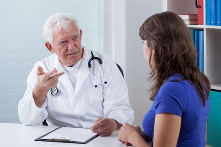 damas antiguas: Vista horizontal de la visita en el consultorio médico