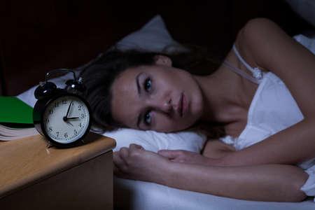 sleeplessness: Donna con insonnia sdraiata a letto con gli occhi aperti Archivio Fotografico