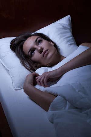sleeplessness: Orizzontale vista di donna affetta da insonnia Archivio Fotografico