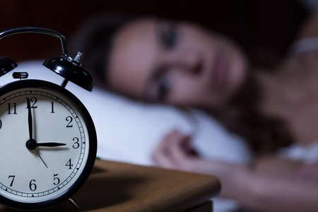 despertarse: Primer plano de reloj despertador en la mesa de noche Foto de archivo