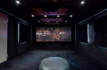 Vista horizontal de cine privado en casa Foto de archivo - 34562639
