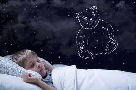 niño durmiendo: Imagen del pequeño muchacho lindo soñar con su osito de peluche Foto de archivo
