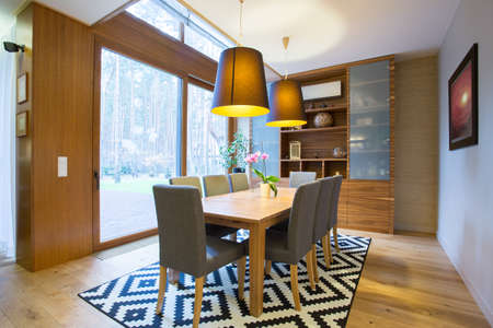 superficie: Vista de la zona de comedor dentro de la casa moderna