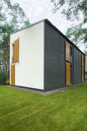 흰색과 회색 사각형 집 녹색 뒷마당 이미지 스톡 콘텐츠 - 34742216